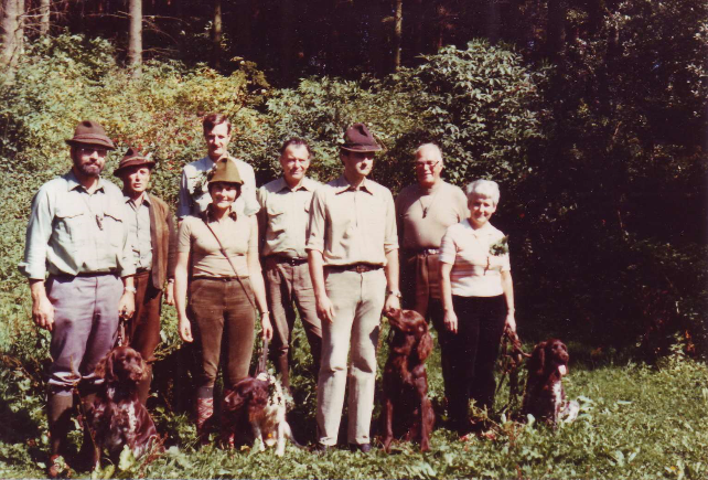 Acht Absolventen mit Besitzer der bestanden Schweißprüfung für Jagdhunde 1980